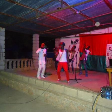 """De muziekwedstrijd zou de 'Voice van Haïti"""" kunnen zijn. Wie de minste punten krijgt, valt af."""
