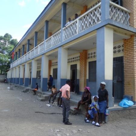 Aan de parochieschool even wachten tot de meisjes en jongens naar buiten komen.
