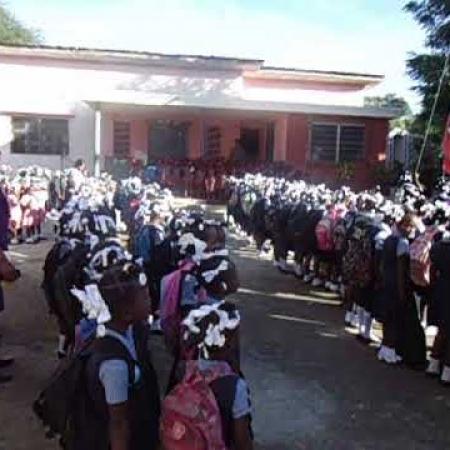 Elke school (hier de meisjesschool) start de schooldag met het volkslied.