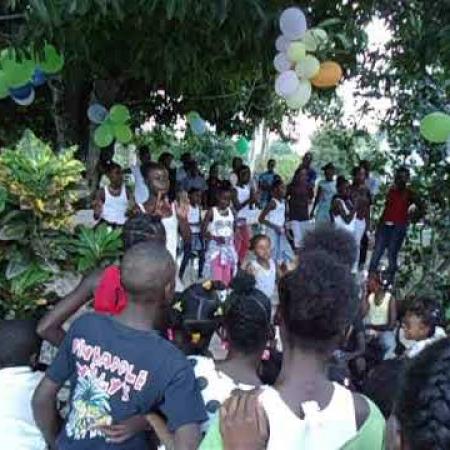 Optreden bij het feest met de kinderen van de buurt.